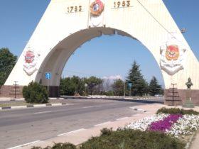 Цветник у Триумфальной арки по ул. Генерала Мельника