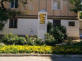 Цветник у памятника П.Ф. Горпищенко